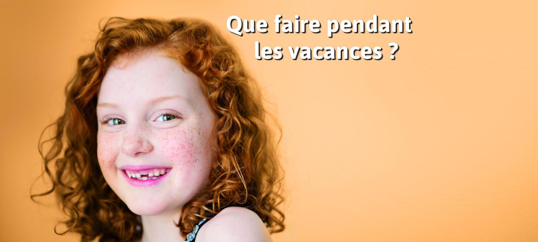 """petite fille rousse souriante, écrit sur la photo """" Que faire pendant les vacances?"""""""