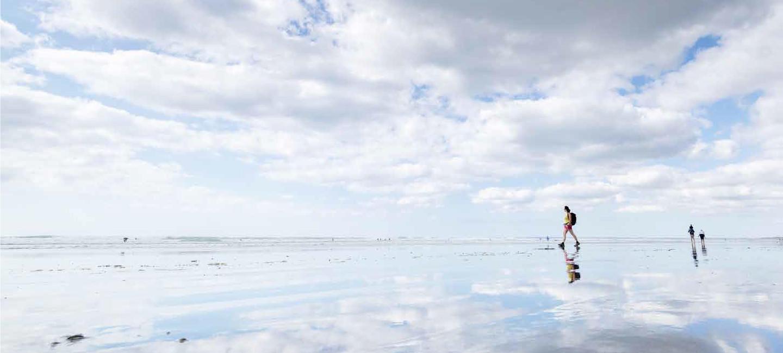 un randonneur marche sur la plage à Ploemeur
