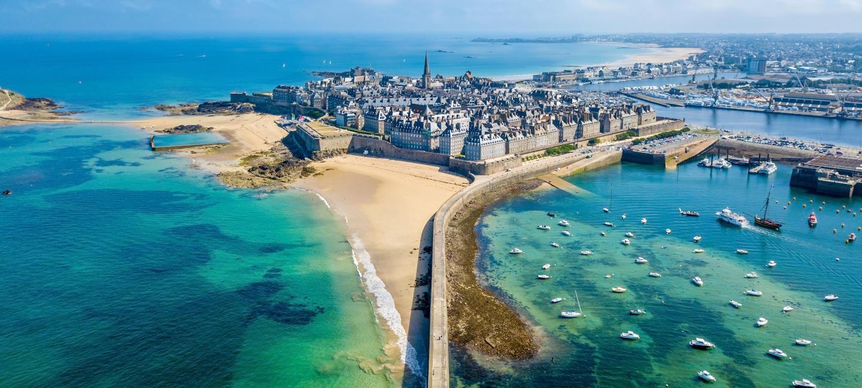 Vue sur la vieille ville de Saint-Malo et ses remparts
